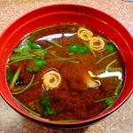 元祖廻る元禄寿司 - 魚の赤だし162円(税込)