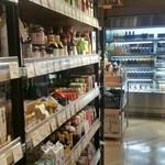 日本の御馳走 えん - 調味料が並ぶ棚。