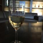 翠山亭倶楽部定山渓 - ラウンジでワイン 館内はフリーアルコール