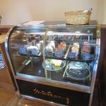 珈琲館 - 2階のウィーン菓子ショーケース、1階にも別のケーキのケースあり