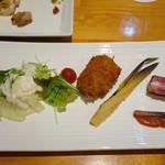 東日本橋 かどわき - 「お摘みの盛合せ」 骨付ベーコン、鮭とば、筍、名物カレーコロッケ、豆腐のサラダ 2016年5月