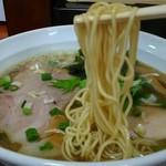 拉麺うえ竹 - 低加水目な若干縮れ中細麺