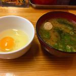 焼そば専門店 突貫亭 - 落とし卵は、焼そばにトッピングします(^○^)  味噌汁も注文!
