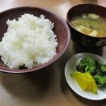 みなとや食堂 - 中めし(210円)と味噌汁(120円)