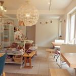モモカフェ - かわいい店内