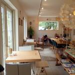 モモカフェ - HOアングルで撮影した店内