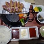 魚助食堂 - ◆鮪レアカツ定食(1280円:税込)・・レアカツ、小鉢、ご飯、お味噌汁、香の物のセット。