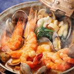 マヌエル・カーザ・デ・ファド - 海の幸のカタプラーナ鍋 二枚貝のような形の独特の鍋で魚介類を蒸し煮にしました。当店一押しメニューのひとつ。