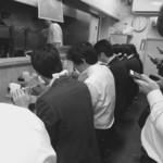 トナリ - 混み合う昼時の店内