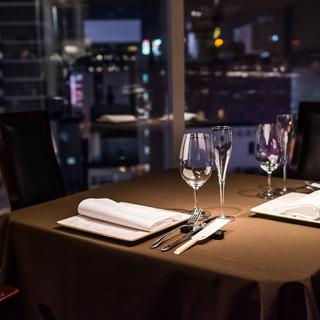 夜景を楽しみながら、デートや記念日など特別な方とのお食事を