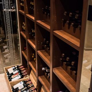 店内にワインセラー室を完備