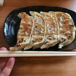 磨きの町のラーメン屋 味我駆 - 大判餃子は 4個380円、2個200円
