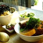 カフェ・チョビット - 松茸の入ったかやくごはん、おでんの3種盛り、京漬物<すぐきとしば漬け>
