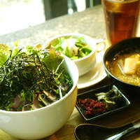カフェ・チョビット - たっぷり九条ネギのよこわのたたき丼、白ネギと大根のお味噌汁、京漬物<すぐきとしば漬け>