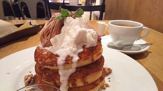 カフェ&ブックス ビブリオテーク 東京・自由が丘 - パンケーキ・モンブラン カシスソース