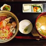 小料理 誠 - ランチの海鮮丼定食 大きなお味噌汁が迫力!具はアラで、デカい骨が沢山入ってるのでちょっと注意が必要