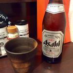 57597512 - 「瓶ビール(中)」(500円)。陶器製のビアカップが秀逸。