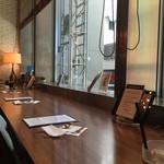 ワイアードカフェ ニュース - 喫煙エリアのカウンター席