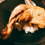 57599780 - チキンレッグが食べづらいのでライスの上に避難させて齧り付けば~パリッパリに素揚げされた結構筋肉質な一品で鶏男悶絶♡