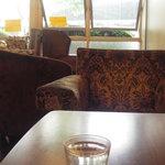 ザリガニカフェ - 座って入り口を見た図