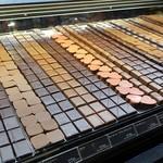 ショコラトリー ロジラ - 店内 ショーケース