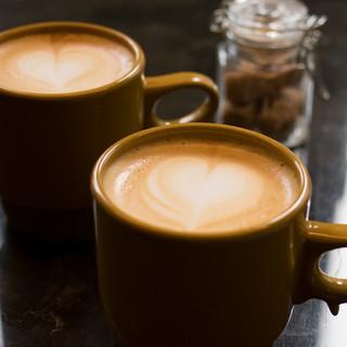 豆だけでなくミルクまでこだわりのカフェラテ