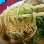 57608445 - 醤油ラーメン特大の麺のアップ