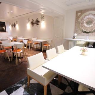 イタリアンカフェの様な空間で中華とイタリアンの創作料理を