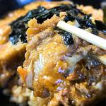 お食事処 丸徳 - 肉は薄めを斜め切りしたカツ。