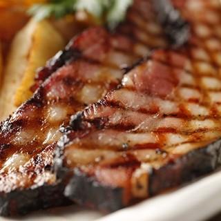 厚切り農家のベーコンの鉄板焼きが人気