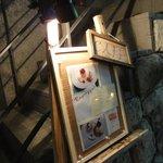 Rouge et Piquant - 2階への上がり口に立て看板が出ている