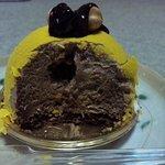 5763911 - 丸い黄色ケーキの中身