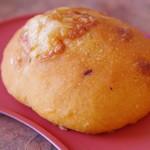 モンチッチ - トマト生地とチーズのトマトチーズパン