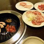 麺屋くるる - トントロ490円、中落ちカルビ590円、牛たん690円