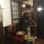 酒盃 - 酒盃  です      ぼやけてますが 大将の設え 器への  こだわり  わかります・・古い建具  襖  扉 ・・・集めてお店作られたそうです