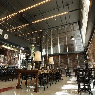 天井高7mの開放感あふれる上質な空間。
