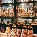 ザ・ニッカバー - バックバーはもちろんニッカのウィスキーが所狭しと並んでおりメニューも基本的にニッカウィスキー祭り。