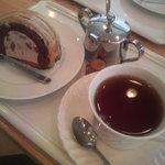 パティスリー グランソレイユ - マロンロール(280円)+紅茶(150円)