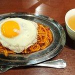 俺たちのナポリタン - 俺たちのナポリタン @四谷 ナポリタン目玉焼き 税込700円 小盛 お皿は小さくありませんフォークがでかいのです