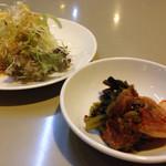 虎や - キムチとサラダ