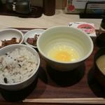 みどりのキッチン - たまごかけごはんと野菜と納豆の朝食です。