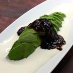 たんとたんと - 「アボカドの冷製 白黒ソースオセロ風」(380円)。黒いのは海苔の佃煮。
