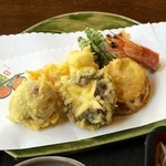 手打ち蕎麦 相生坊 - 車海老、ししとう、白葱、さつまいも、椎茸、黒ぶどうの天ぷら、衣は薄くふんわり美味しく♪