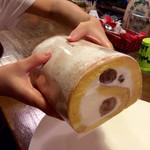 sucre - 箱から取り出した「くりロールケーキ」(1600円)。太くて大きい。