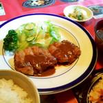 Ichioku - 「一億チキン定食」。テーブルの他の料理写真が、だまし絵のようです。