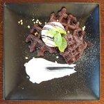57714390 - ベルギー定番デザート リエージュ風ワッフル ベルギーホワイトチョコレートアイス 930円