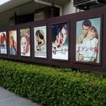 マリブハウス - 店前には古い映画のポスターがいっぱい!