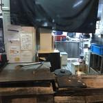 凸凹屋 - 焼き台。厨房。