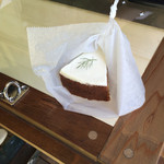 ギンガ - 料理写真:キャロットケーキ。すぐ食べる用に出してもらいました ※イートインスペースはありません