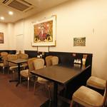 リトル成都 - 【~14名様】奥に位置するこちらのテーブル席は、奥まっている分、落ち着いた雰囲気の中お食事をお楽しみいただけます。4名様掛けテーブル2卓、6名様掛けテーブルが1卓ございます。